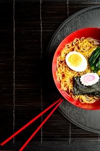 ラーメンと赤い箸 黒まきす背景の写真素材 [FYI01172036]