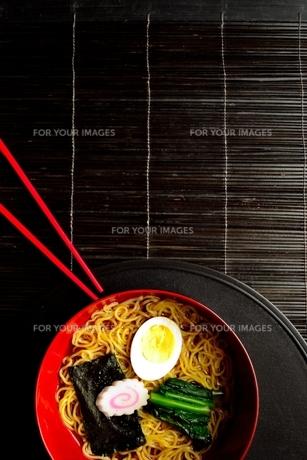 ラーメンと赤い箸 黒まきす背景の写真素材 [FYI01172039]