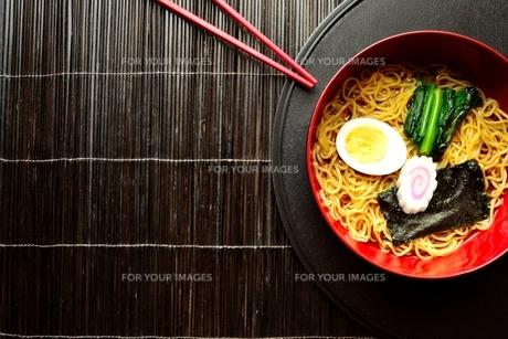ラーメンと赤い箸 黒まきす背景の写真素材 [FYI01172041]