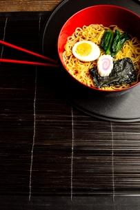 ラーメンと赤い箸 黒まきす背景の写真素材 [FYI01172047]