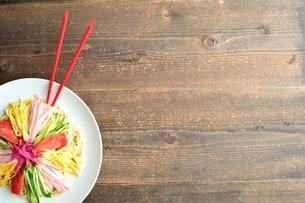 冷やし中華と赤い箸 木材背景の写真素材 [FYI01172052]