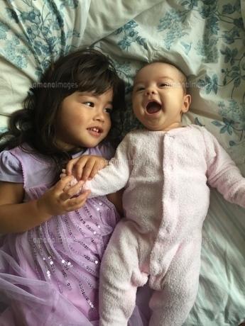 スマイル赤ちゃんとお姉ちゃんの写真素材 [FYI01172103]