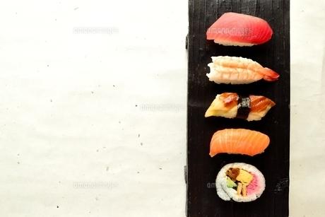 寿司盛り合わせ 白い和紙背景の写真素材 [FYI01172139]