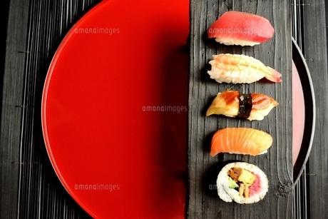 寿司盛り合わせと赤いおぼんの写真素材 [FYI01172145]