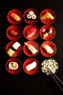 杯に盛り付けた寿司と小菊と箸の写真素材 [FYI01172149]