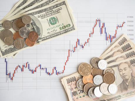 お金 投資 株価チャートの写真素材 [FYI01172339]