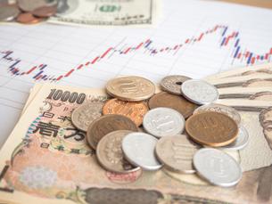 お金 投資 株価チャートの写真素材 [FYI01172342]