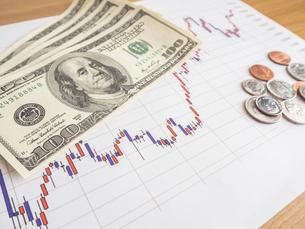 お金 投資 株価チャートの写真素材 [FYI01172346]