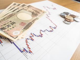 お金 投資 株価チャートの写真素材 [FYI01172351]