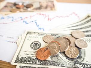 お金 投資 株価チャートの写真素材 [FYI01172357]