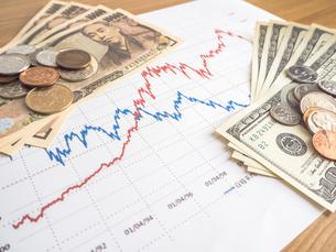 お金 投資 株価チャートの写真素材 [FYI01172358]