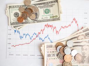 お金 投資 株価チャートの写真素材 [FYI01172360]