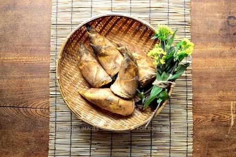 ざるに入れた筍と菜の花 すだれ背景の写真素材 [FYI01172439]