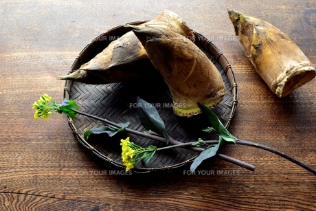 黒いざるに盛り合わせた筍と菜の花の写真素材 [FYI01172449]