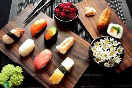 盛り合わせた寿司と箸と小菊の写真素材 [FYI01172462]