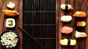 盛り合わせた寿司と箸と小菊の写真素材 [FYI01172463]