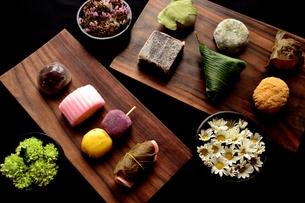 板に盛り合わせた和菓子と小菊の写真素材 [FYI01172474]