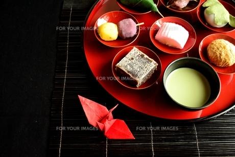 盛り合わせた和菓子と抹茶と折鶴の写真素材 [FYI01172515]