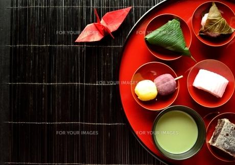 盛り合わせた和菓子と抹茶と折鶴の写真素材 [FYI01172516]