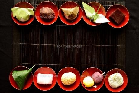 杯に盛り合わせた和菓子と折鶴の写真素材 [FYI01172518]