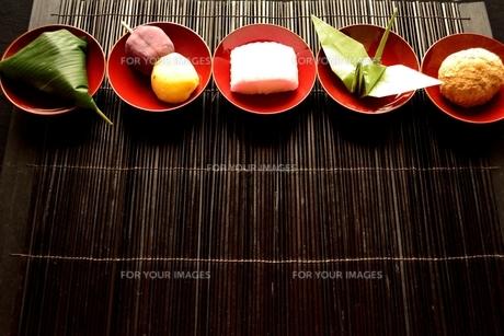 杯に盛り合わせた和菓子と折鶴の写真素材 [FYI01172519]