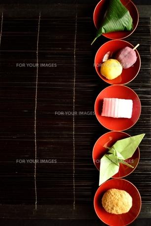 杯に盛り合わせた和菓子と折鶴の写真素材 [FYI01172520]