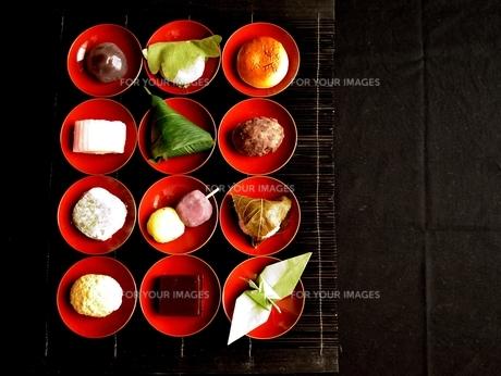 杯に盛り合わせた和菓子と折鶴の写真素材 [FYI01172523]
