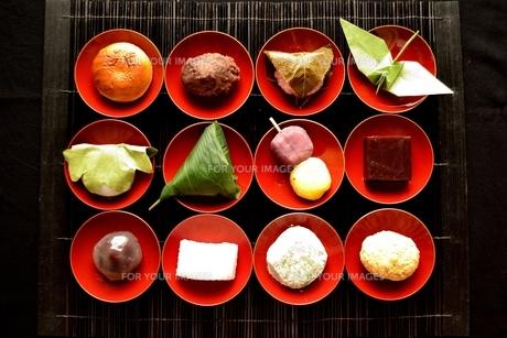 杯に盛り合わせた和菓子と折鶴の写真素材 [FYI01172524]