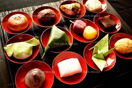 杯に盛り合わせた和菓子と折鶴の写真素材 [FYI01172525]