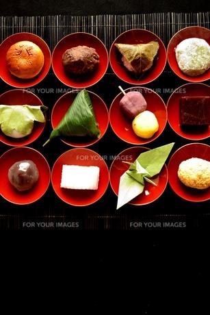 杯に盛り合わせた和菓子と折鶴の写真素材 [FYI01172526]