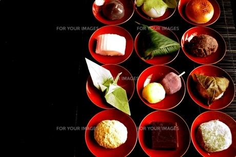 杯に盛り合わせた和菓子と折鶴の写真素材 [FYI01172527]