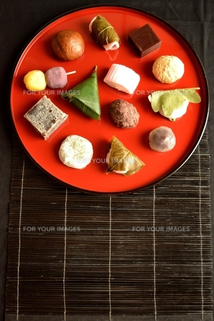 赤いおぼんに盛り合わせた和菓子の写真素材 [FYI01172528]