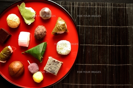 赤いおぼんに盛り合わせた和菓子の写真素材 [FYI01172529]