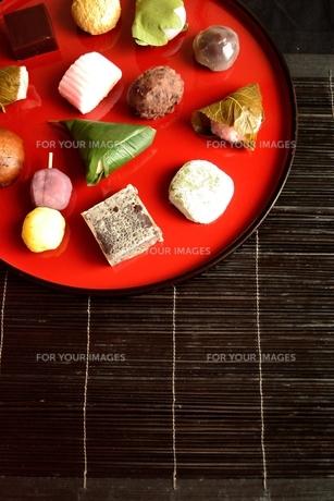 赤いおぼんに盛り合わせた和菓子の写真素材 [FYI01172530]