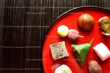 赤いおぼんに盛り合わせた和菓子の写真素材 [FYI01172531]