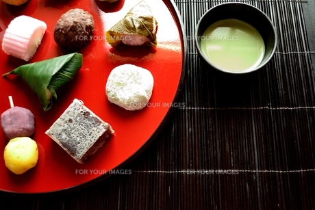 赤いおぼんに盛り合わせた和菓子と抹茶の写真素材 [FYI01172532]