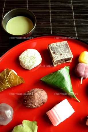 赤いおぼんに盛り合わせた和菓子と抹茶の写真素材 [FYI01172533]
