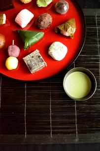赤いおぼんに盛り合わせた和菓子と抹茶の写真素材 [FYI01172534]