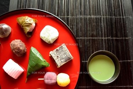 赤いおぼんに盛り合わせた和菓子と抹茶の写真素材 [FYI01172535]