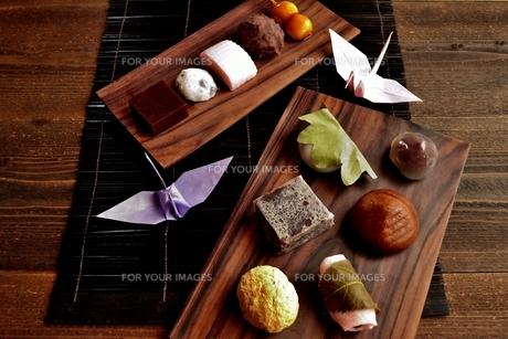 和菓子と折鶴の写真素材 [FYI01172537]