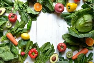 緑黄色野菜とフルーツ フレーム 白木材背景の写真素材 [FYI01172538]