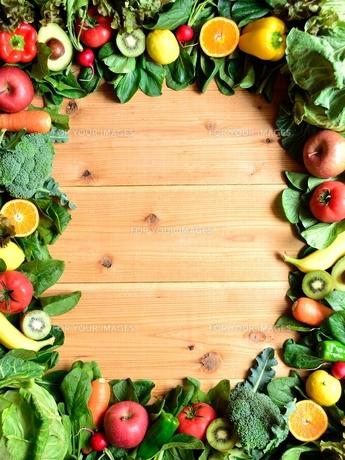 緑黄色野菜とフルーツ フレーム 木材背景の写真素材 [FYI01172544]