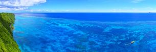 真夏の宮古島、三角点から見た絶景(パノラマ)の写真素材 [FYI01172598]