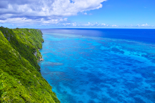 真夏の宮古島、三角点から見た絶景の写真素材 [FYI01172611]