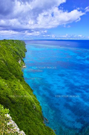 真夏の宮古島、三角点から見た絶景の写真素材 [FYI01172612]