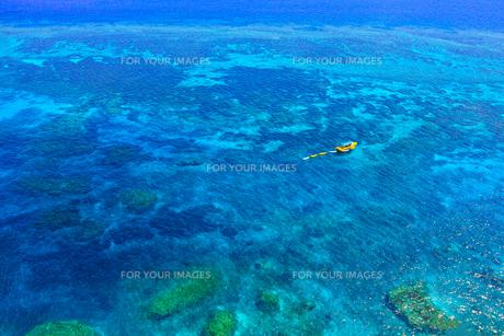 真夏の宮古島、三角点から見た風景の写真素材 [FYI01172614]