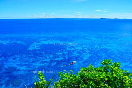 真夏の宮古島、三角点から見た風景の写真素材 [FYI01172616]