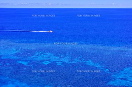 真夏の宮古島、三角点から見た風景の写真素材 [FYI01172617]
