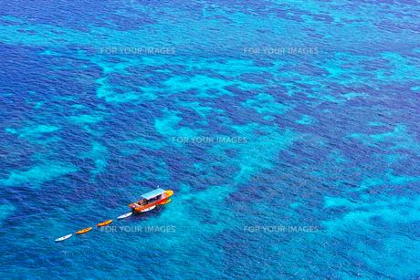 真夏の宮古島、三角点から見た風景の写真素材 [FYI01172618]