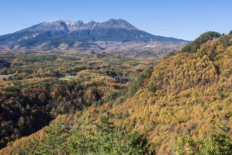 九蔵峠の紅葉と木曽御嶽山の写真素材 [FYI01172642]